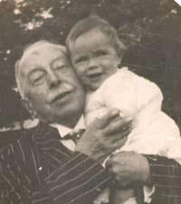 Dans les bras de son grad-père